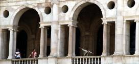 """Vicenza, gli """"eroi del calcio"""" scendono dal loggiato della Basilica"""