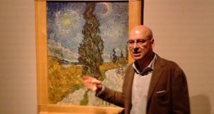 """Goldin ed il quadro che chiudeva la mostra di quest'anno, il """"Sentiero di notte in Provenza"""" di Van Gogh."""