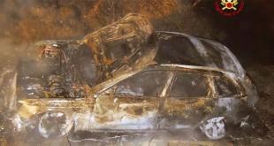 La Audi gialla bruciata, in una immagine diffusa dai Vigili del fuoco