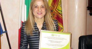 Il sindaco di Costabissara, Maria Cristina Franco, mostra il premio ricevuto