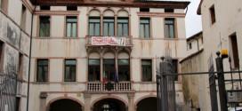 Il Tribunale di Bassano, con uno striscione di protesta contro la sua chiusura