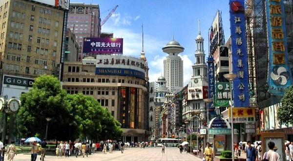 Shanghai, Nanjing Road, la via dello shopping - Foto da wikipedia.org (CC BY-SA 3.0)