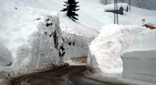 Neve alte sulle strade della montagna venenta