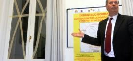 Il sindaco Variati mostra come fare, nel giorno dell'evacuazione, la nastratura delle finestre delle case situate nel raggio di 2500 metri dal luogo dove si trova la bomba