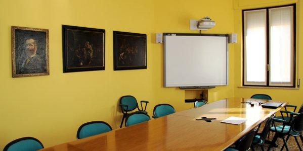 La sala giunta del Comune di Arzignano dove è stata trovata la microspia (proprio sotto lo schermo bianco)