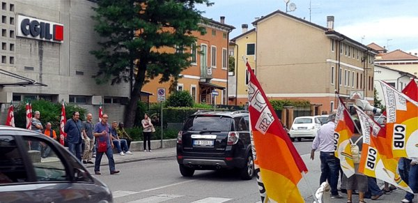 Il sit in di ieri, a Vicenza, della Cub davanti alla sede della Cgil