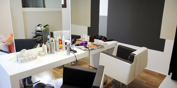 Una delle postazioni di lavoro del salone di parrucchiera abusivo scoperto a Cassola