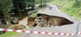 La strada Maglio Munari, nel territorio comunale di Schio, danneggiata da uno smottamento causato ieri dalla pioggia
