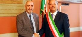 La stretta di mano tra il nuovo questore di Vicenza, Gaetano Giampietro, ed il sindaco Achille Variati