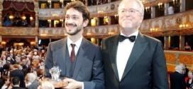 Il vincitore del Premio Campiello, Giorgio Fontana, con il presidente di Confindustria Veneto, Roberto Zuccato