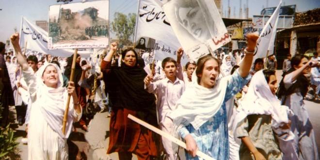 Un manifestazione di Rawa in Pakistan, a Peshawar, nel 1998 - Foto: Rawa, www.rawa.org (creativecommons.org/licenses/by/3.0)