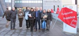 Lavoratori e sindacalisti, questa mattina, davanti al Tribunale di Vicenza. Al centro Agostino Di Maria, segretario FP di Vicenza che segue il settore Giustizia
