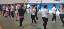 Un momento pratico della lezione di difesa personale alle studentesse del Liceo Pigafetta