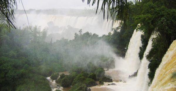 Le cascate dell'Iguazu, non lontano dalla città brasiliana di Foz de Iguazu - Foto di Anouchka Unel (Free Art License)