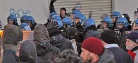 Uno scontro tra polizia e manifestanti a Vicenza, lo scorso anno