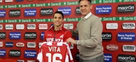 Il nuovo attaccante del Vicenza, Alessio Vita, con il direttore generale Andrea Gazzoli