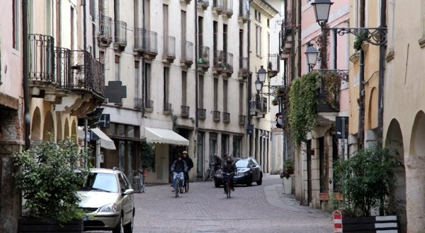 Vicenza, tenta di rapire due bambini in centro
