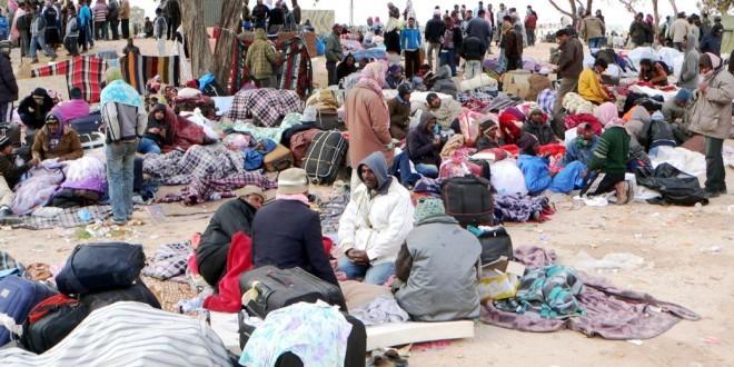 Profughi in attesa di imbarcarsi per l'Europa – Foto: Mohamed Ali Mhenni