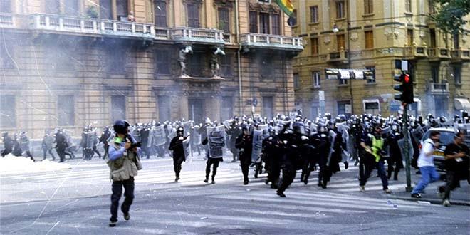 Una carica della polizia al G8 di Genova nel 2001- Foto: Ares Ferrari (CC BY 2.5)