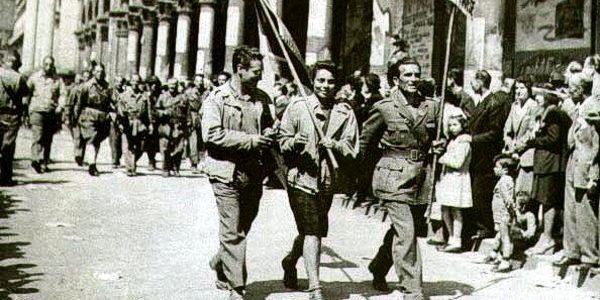 Partigiani sfilano per le strade dopo la Liberazione