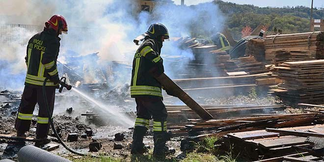 Il lavoro di spegnimento dell'incendio di oggi (Foto: Vigili del Fuoco di Vicenza)