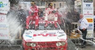 L'immancabile doccia di spumante sul podio del Rally Campagnolo (Foto Andrea Zanovello)