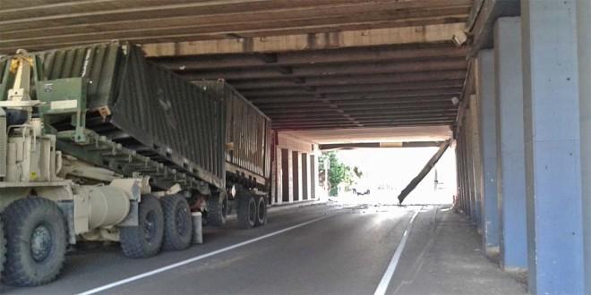 Il camion militare americano ancora incastrato sotto il ponte di Campedello