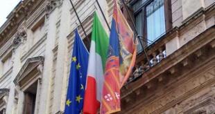 Bandirere a lutto al balcone di Palazzo Trissino