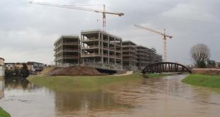Il complesso di Borgo Berga ancora in costruzione, in un periodo di forti piogge...