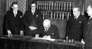 Il presidente della Repubblica Enrico De Nicola firma la Costituzione della Repubblica Italiana. Era il 27 dicembre 1947