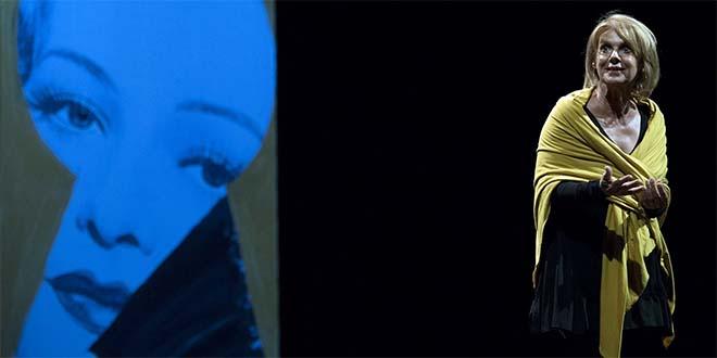"""L'attrice Lella Costa in una scena dello spettacolo """"Ferite a Morte"""""""