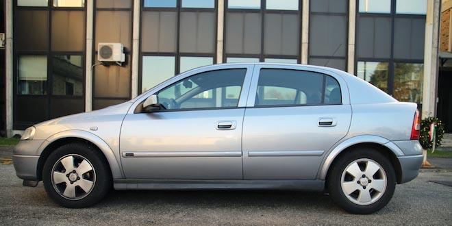 L'auto usata dal rapinatore per fuggire