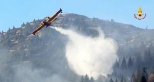 Un Canadair, nel 2015, su un incendio boschivo sull'Altopiano di Asiago