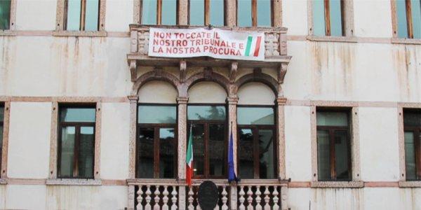 Un striscione esposto sulla facciata dell'ex Tribunale di Bassano ai tempi della protesta contro la sua chiusura