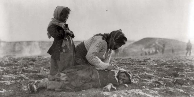1915-1919. Donna armena inginocchiata accanto al corpo d'una bambina morta