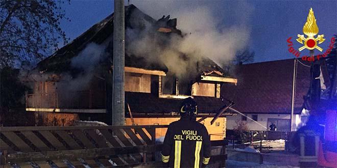 Asiago a fuoco nella notte i tetti di cinque case for Prezzi case asiago