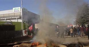 Un momento degli scontri di oggi al magazzino Prix di Grisignano - Foto da www.globalproject.info