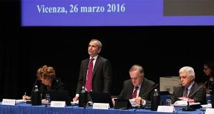 Il tavolo della presidenza dell'assemblea di Banca Popolare di Vicenza del 26 marzo scorso