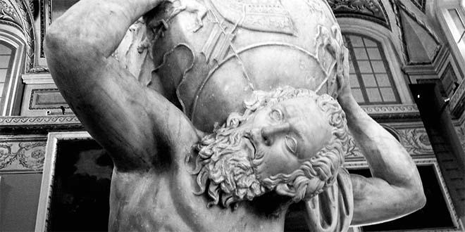Statua romana di Atlante, personaggio mitologico costretto a portare sulle spalle il peso della volta celeste