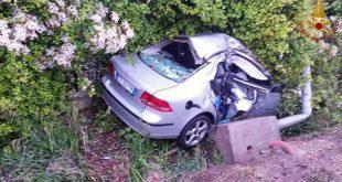 L'auto che si è schiantata contro un palo in Strada Marosticana, a Vicenza