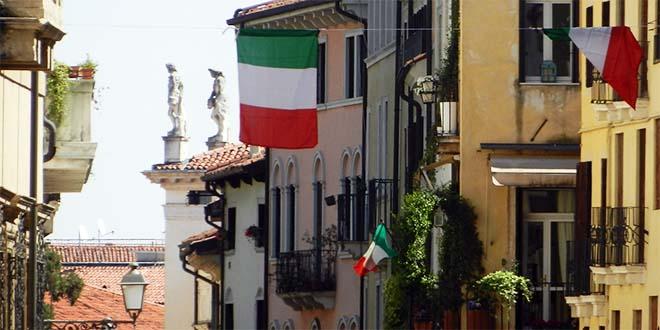Bandiere tricolore che sventolano in questi giorni nel centro storico di Vicenza