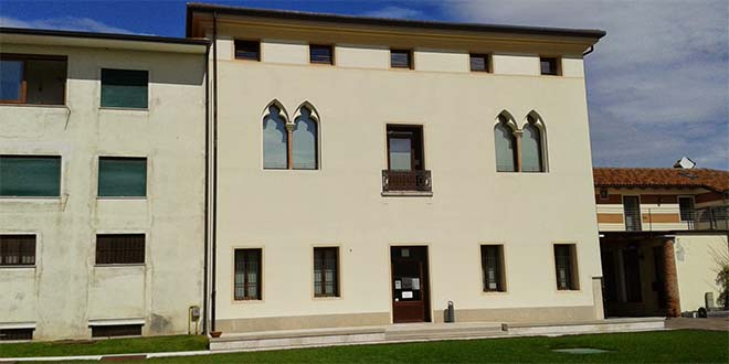 Palazzo Casale Dolfin, sede della biblioteca. Foto di Tolioalessandro (CC-BY-SA-3.0)