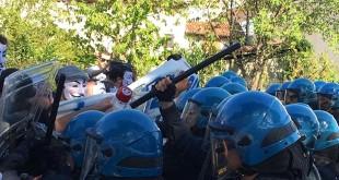 """Uno dei """"contatti"""" tra polizia e manifestati nella protesta di oggi a Gambellara (foto da www.globalproject.info)"""