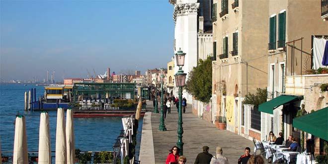 """La passeggiata delle """"Zattere"""" a Venezia, all'altezza della chiesa dei Gesuati."""