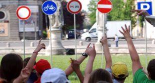 Studenti impegnati in una lezione di educazione stradale sul campo (immagine d'archivio)