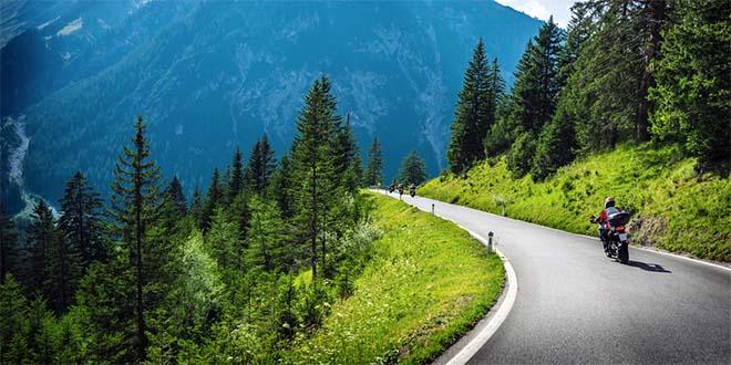 Le strade di montagna sono tra le più affascinanti per una gita in moto... (Foto d'archivio)