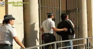 Il sindaco di Abano Terme, questa mattina, con i Finanzieri