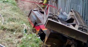 L'escavatore rovesciato (Foto Vigili del fuoco)