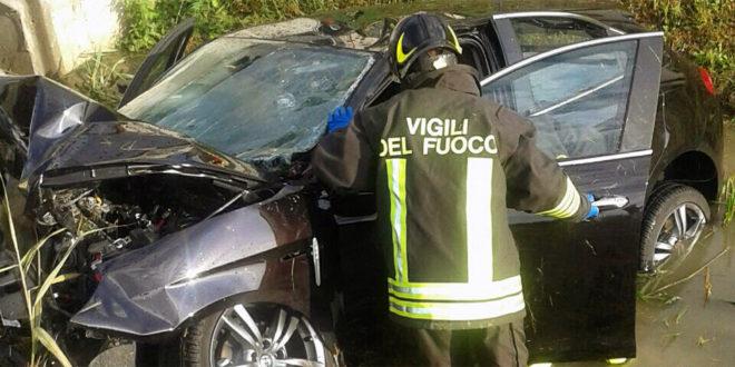 L'auto nel fossato distrutta dopo l'incidente - (Foto vigili del fuoco)