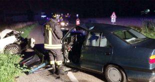 Le due auto dopo lo scontro frontale - (Foto Vigili del fuoco)